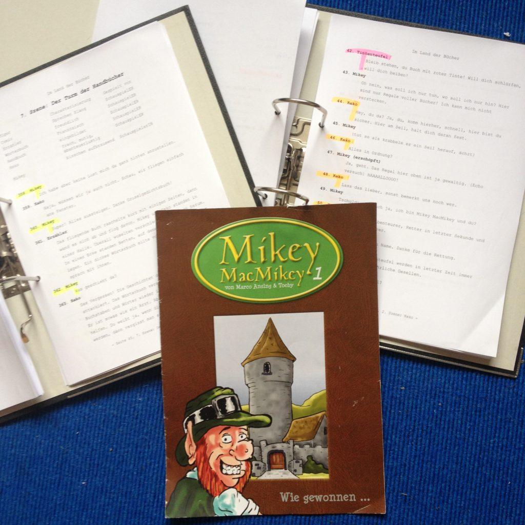 """Die Drehbücher mit Markierungen und ein Comic mit Illustrationen des Kobolds Mickey McMickey, der auch in dem Hörspiel """"Im Land der Bücher"""" als Hauptprotagonist vorkommt."""