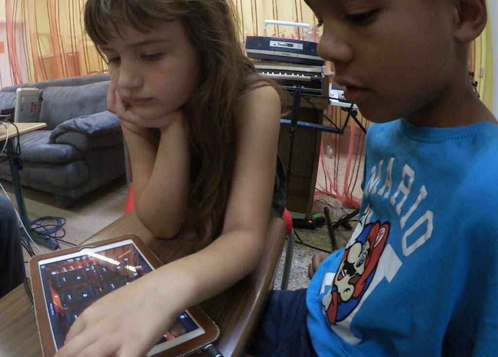 Die Kinder wählen mit Ambient Mixer aus verschiedenen Klängen und entscheiden welche Sounds zu der Umgebung passen. Wie oft soll jemand in der Bücher husten? Bleiben die Schritten auf dem Holzfußboden im Hintergrund? Was ist mit der tickenden Uhr? Passt die in eine moderne Bücherei?