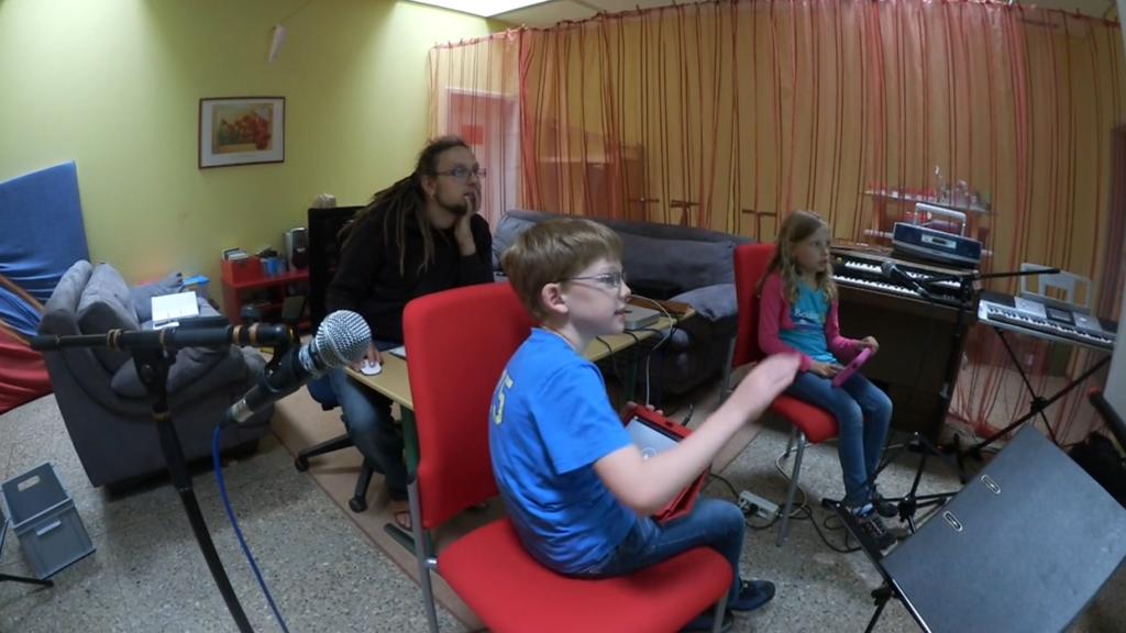 Die Geräusche, die die Kinder am ersten Tag aufgenommen haben editieren wir gemeinsam. Sie entscheiden selbst, welchen Bereich sie behalten möchten und was weg kann. Durch die Leinwand sehen die Kinder das Logic Fenster und können genaue Angaben machen.