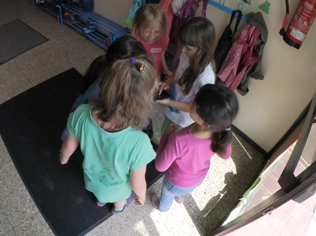 Mit imachine nehmen die 6jährigen ihre Geräusche, Trampeln und Tanzen, auf.